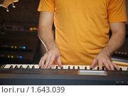 Купить «Музыкант играет на синтезаторе», фото № 1643039, снято 26 октября 2009 г. (c) Losevsky Pavel / Фотобанк Лори