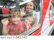 Купить «Мама с детьми в вагоне», фото № 1643147, снято 24 июля 2009 г. (c) Losevsky Pavel / Фотобанк Лори