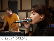 Купить «Девушка поет», фото № 1643543, снято 26 октября 2009 г. (c) Losevsky Pavel / Фотобанк Лори