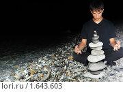 Купить «Подросток медитирует на берегу моря», фото № 1643603, снято 9 июля 2009 г. (c) Losevsky Pavel / Фотобанк Лори