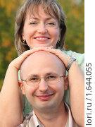 Купить «Счастливая пара в осеннем парке», фото № 1644055, снято 3 сентября 2009 г. (c) Losevsky Pavel / Фотобанк Лори