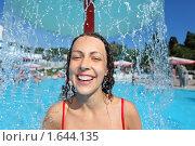 Купить «Веселая девушка под фонтаном воды в аквапарке», фото № 1644135, снято 10 июля 2009 г. (c) Losevsky Pavel / Фотобанк Лори