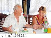 Купить «Улыбающиеся пожилые супруги за завтраком в ресторане возле окна, разговаривают друг с другом», фото № 1644231, снято 10 июля 2009 г. (c) Losevsky Pavel / Фотобанк Лори