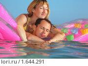 Купить «Молодой человек и привлекательная женщина лежат на надувном матрасе в бассейне, закрыв глаза», фото № 1644291, снято 11 июля 2009 г. (c) Losevsky Pavel / Фотобанк Лори
