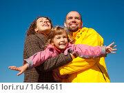 Купить «Счастливая семья на фоне голубого неба», фото № 1644611, снято 9 октября 2009 г. (c) Losevsky Pavel / Фотобанк Лори