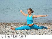 Девушка делает гимнастику у моря. Стоковое фото, фотограф Losevsky Pavel / Фотобанк Лори
