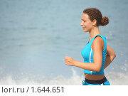 Купить «Девушка бежит вдоль моря», фото № 1644651, снято 16 июля 2009 г. (c) Losevsky Pavel / Фотобанк Лори