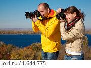 Купить «Мужчина и девушка фотографируют  на улице в солнечный день осени», фото № 1644775, снято 9 октября 2009 г. (c) Losevsky Pavel / Фотобанк Лори