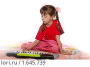 Купить «Девочка с игрушечным синтезатором», фото № 1645739, снято 16 апреля 2010 г. (c) Олег Юрмашев / Фотобанк Лори