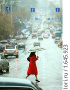 Купить «Девушка переходит улицу под дождем», фото № 1645923, снято 19 сентября 2008 г. (c) Иван Нестеров / Фотобанк Лори