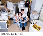 Купить «Счастливая молодая семья в новой квартире», фото № 1649163, снято 11 апреля 2010 г. (c) Валуа Виталий / Фотобанк Лори