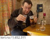 Купить «Алкоголик на кухне», фото № 1652311, снято 23 апреля 2010 г. (c) Вадим Морозов / Фотобанк Лори