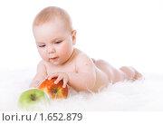 Купить «Маленький ребенок с яблоками», фото № 1652879, снято 23 апреля 2010 г. (c) Анна Игонина / Фотобанк Лори