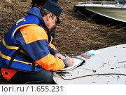 Инспектор составляет протокол на нарушителя (2010 год). Редакционное фото, фотограф Сергей Прокопьев / Фотобанк Лори