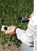 Молодой человек измеряет радиацию (2009 год). Редакционное фото, фотограф Антон Журавков / Фотобанк Лори