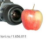 Купить «Фотографирование яблока», фото № 1656011, снято 18 апреля 2010 г. (c) Черников Роман / Фотобанк Лори