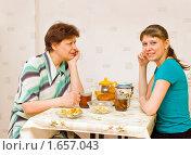 Купить «Две женщины пьют чай», фото № 1657043, снято 21 июля 2018 г. (c) Типляшина Евгения / Фотобанк Лори