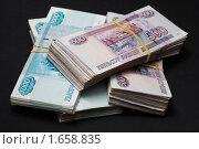 Купить «Пачки бумажных денег - рубли крупно на черном фоне», фото № 1658835, снято 19 ноября 2018 г. (c) Виктор Савушкин / Фотобанк Лори