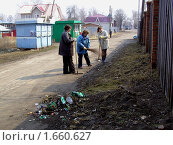 Уборка улицы от мусора на весеннем субботнике (2010 год). Редакционное фото, фотограф Юрий Зуев / Фотобанк Лори