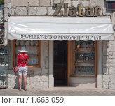 Ювелирный магазин.  Курорт Макарска. Хорватия (2009 год). Редакционное фото, фотограф Николай Коржов / Фотобанк Лори