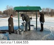 Купить «Деревенские жители набирают воду в колодце», фото № 1664555, снято 20 декабря 2009 г. (c) Ирина Андреева / Фотобанк Лори