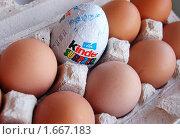 Киндер-сюрприз в коробке с куриными яйцами (2010 год). Редакционное фото, фотограф Елена Ильина / Фотобанк Лори