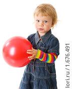 Купить «Девочка держит мяч», фото № 1676491, снято 14 мая 2009 г. (c) Ольга Сапегина / Фотобанк Лори