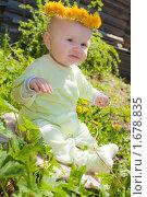 Ребенок 7-8 месяцев сидит на траве и машет руками. Стоковое фото, фотограф Вдовенко Галина / Фотобанк Лори