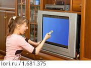 Женщина в ярости набрасывается на телевизор. Стоковое фото, фотограф Типляшина Евгения / Фотобанк Лори