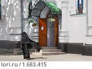 Купить «Монахиня возле Крестовоздвиженского монастыря в Полтаве», фото № 1683415, снято 11 июля 2009 г. (c) Aleksander Kaasik / Фотобанк Лори