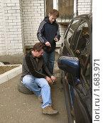 Купить «Отец и сын меняют зимние колеса на летние», фото № 1683971, снято 13 апреля 2010 г. (c) Ирина Андреева / Фотобанк Лори