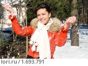 Купить «Счастливая девушка зимой на прогулке», фото № 1693791, снято 4 марта 2010 г. (c) Зореслава / Фотобанк Лори