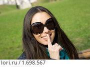 Девушка в солнцезащитных очках приставила палец к губам. Стоковое фото, фотограф Allika / Фотобанк Лори