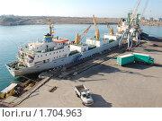 Судно под погрузкой в порту (2007 год). Редакционное фото, фотограф Пасечник Игорь / Фотобанк Лори