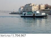 Катер в Севастопольской бухте подходит к причалу (2006 год). Редакционное фото, фотограф Пасечник Игорь / Фотобанк Лори