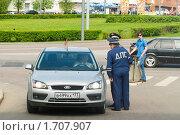 Купить «Сотрудники ДПС остановили легковой автомобиль», фото № 1707907, снято 9 мая 2010 г. (c) Юлия Сайганова / Фотобанк Лори