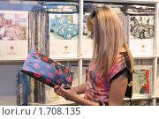 Купить «Девушка выбирает постельное белье», фото № 1708135, снято 13 мая 2010 г. (c) Дорощенко Элла / Фотобанк Лори