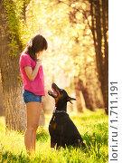 Купить «Молодая девушка с доберманом в весеннем парке», фото № 1711191, снято 13 мая 2010 г. (c) Евгений Захаров / Фотобанк Лори