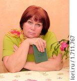 Купить «Женщина с трудовой книжкой», эксклюзивное фото № 1711767, снято 20 марта 2010 г. (c) Юрий Морозов / Фотобанк Лори