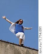 Девушка на крыше на фоне неба, фото № 1714091, снято 14 мая 2010 г. (c) Argument / Фотобанк Лори