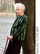 Купить «Пожилая женщина стоит возле березы», фото № 1715607, снято 5 мая 2010 г. (c) Воронин Владимир Сергеевич / Фотобанк Лори