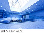 Купить «Интерьер современного торгового центра», фото № 1719375, снято 16 апреля 2010 г. (c) Бабенко Денис Юрьевич / Фотобанк Лори