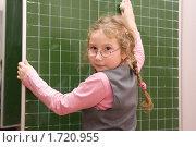 Купить «Первоклассница вытирает доску», фото № 1720955, снято 22 октября 2009 г. (c) Оксана Гильман / Фотобанк Лори