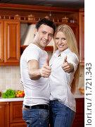 Купить «Счастливая молодая пара на кухне», фото № 1721343, снято 3 апреля 2010 г. (c) Raev Denis / Фотобанк Лори
