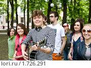 Купить «Группа студентов гуляет по городу с гитарой», фото № 1726291, снято 5 мая 2009 г. (c) Gennadiy Poznyakov / Фотобанк Лори