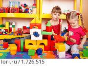 Девочки строят игрушечный город. Стоковое фото, фотограф Gennadiy Poznyakov / Фотобанк Лори