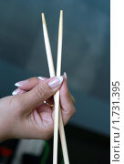 Купить «Палочки для еды в женской руке.Фокус на руке», эксклюзивное фото № 1731395, снято 7 февраля 2010 г. (c) Svet / Фотобанк Лори