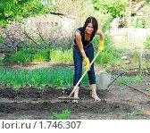 Купить «Молодая девушка работает в саду», фото № 1746307, снято 31 мая 2010 г. (c) Насыров Руслан / Фотобанк Лори