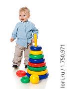 Купить «Мальчик с пирамидкой», фото № 1750971, снято 5 февраля 2010 г. (c) Ольга Сапегина / Фотобанк Лори
