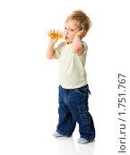 Купить «Мальчик пьёт из бутылочки», фото № 1751767, снято 14 мая 2009 г. (c) Ольга Сапегина / Фотобанк Лори